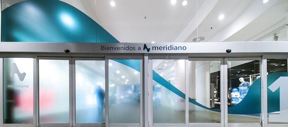 Rotulación en vinilo arenado de accesos al CC Meridiano, Tenerife