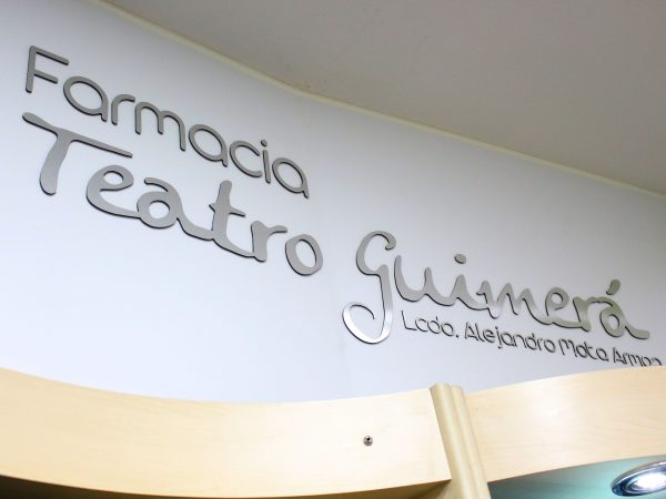 Decoración interior y exterior de Farmacia Teatro Guimerá