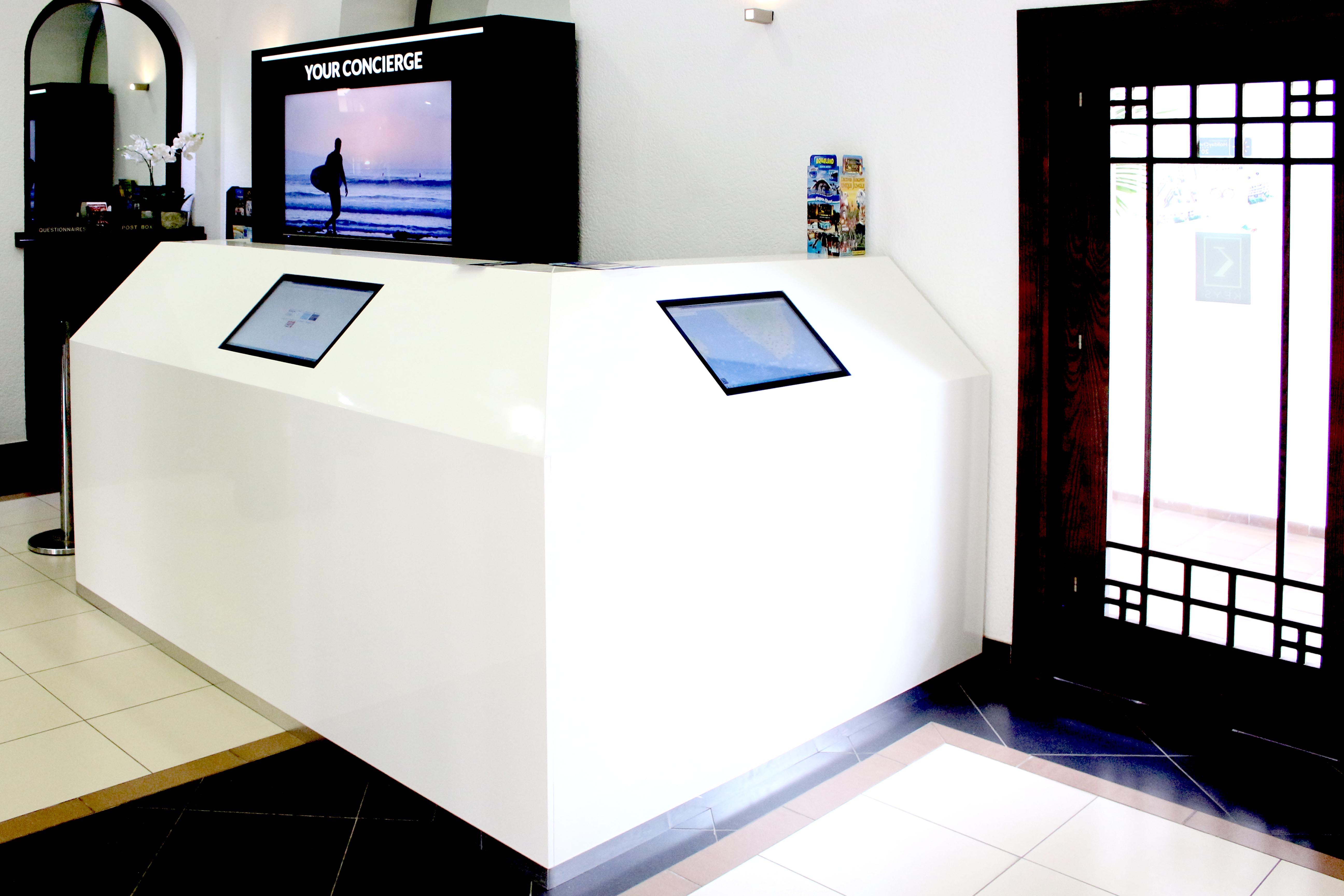 Fabricación de mobiliario de recepción para Silver Point • Publexcan