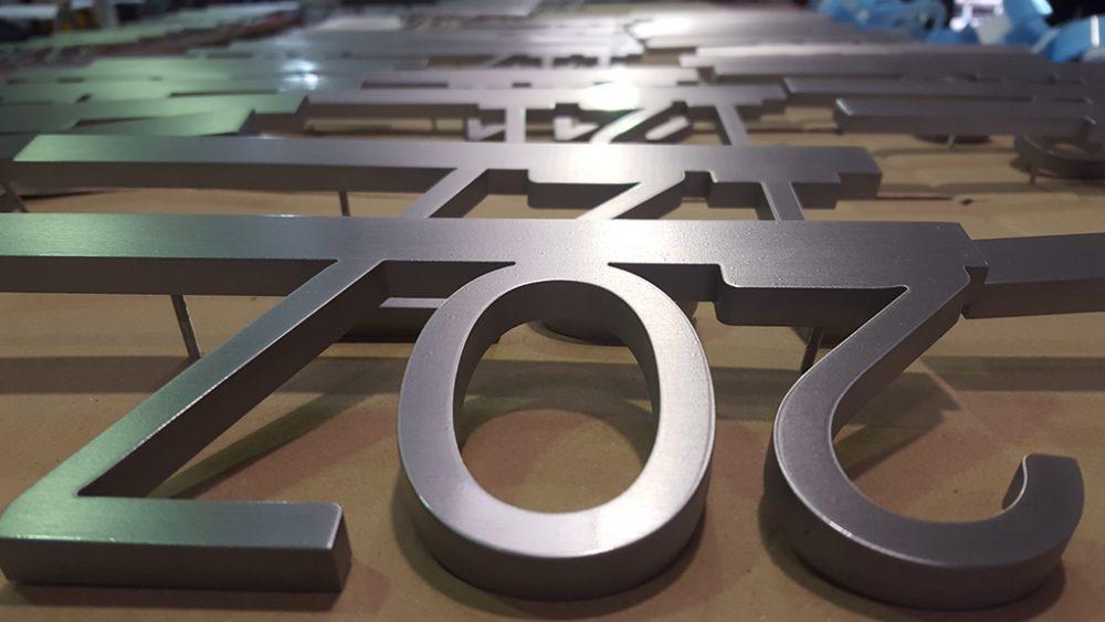 Señáletica informativa, números de habitaciones de hotel.