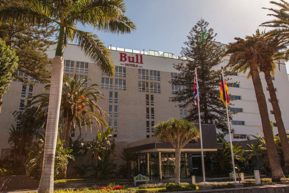 Rótulo luminoso corpóreo de fachada, Bull hotels Gran Canaria