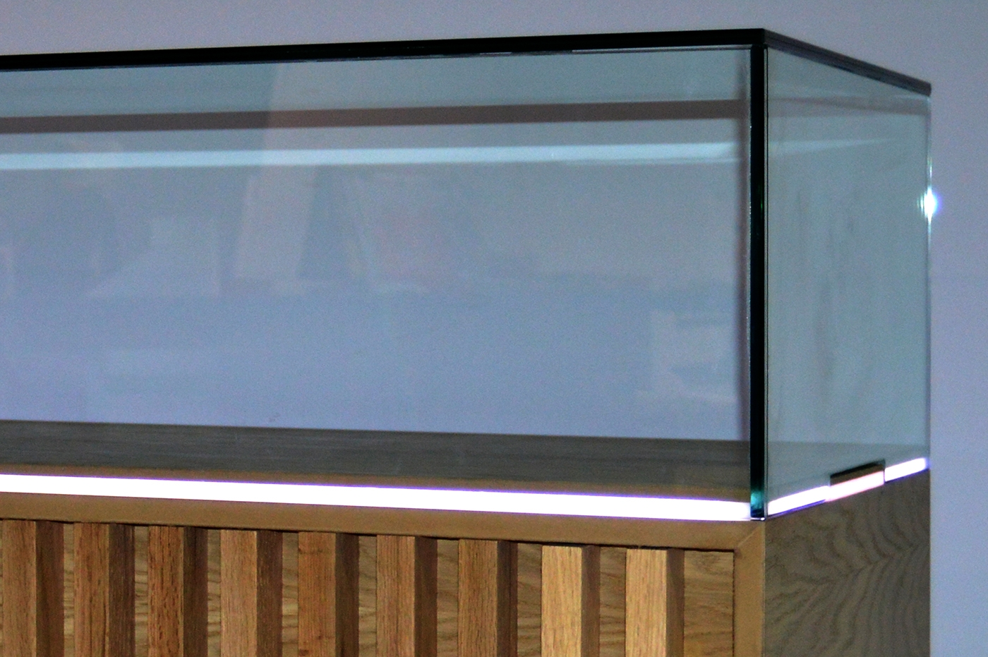 Diseñamos y desarrollamos el mobiliario expositivo del centro de visitantes del Teleférico del Teide. Este elemento debía cumplir una serie de requisitos constructivos y de diseño tales como, simplicidad y lineas rectas, movilidad, iluminación integrada en la estructura y aspecto natural acorde con el entorno de exposición.