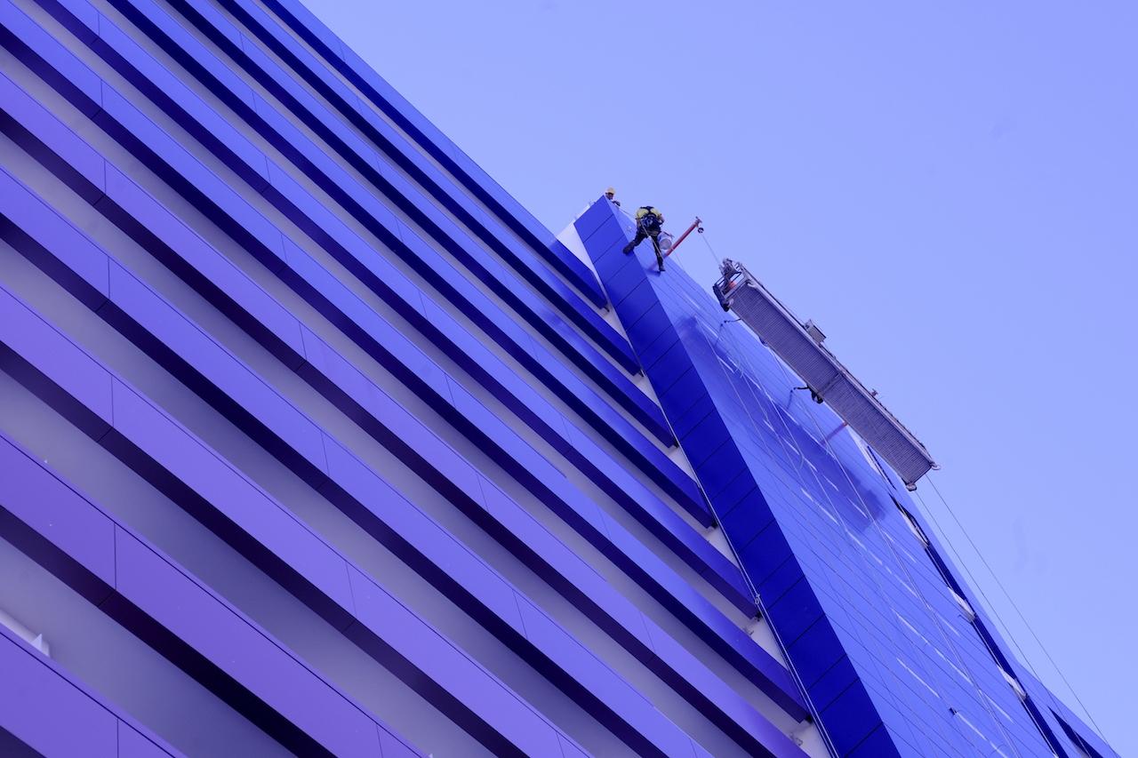 Preparación de los anclajes del rótulo en la fachada del Hard Rock Hotel, Tenerife Sur
