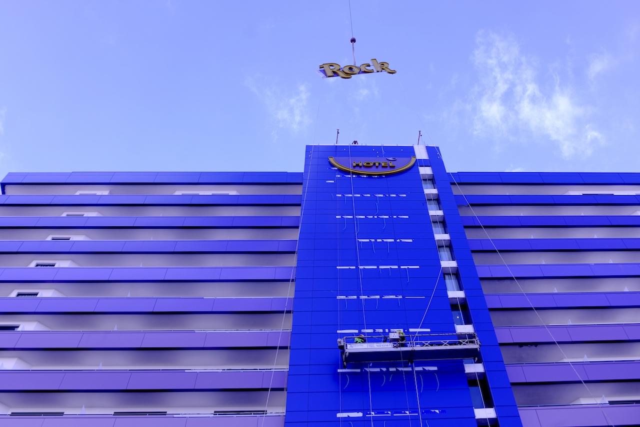 Izado para su anclaje de parte de del rótulo de azotea de Hard Rock Hotel, Tenerife Sur.