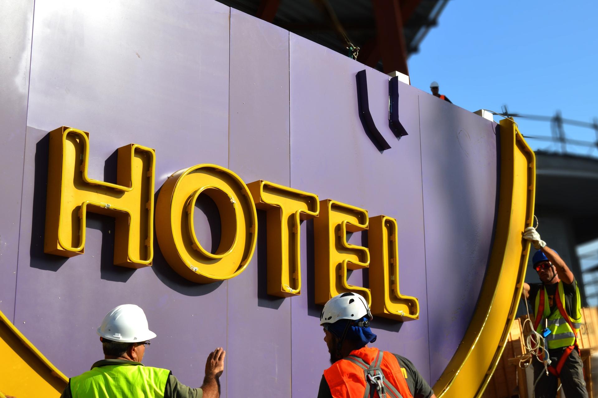 Lógistca e instalacion de luminosos corpóreos., Hard Rock Hotel Tenerife