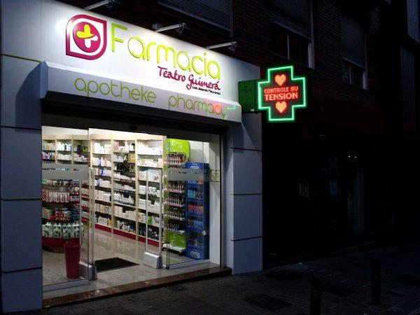 Renovamos la Farmacia Guimerá, por dentro y por fuera.