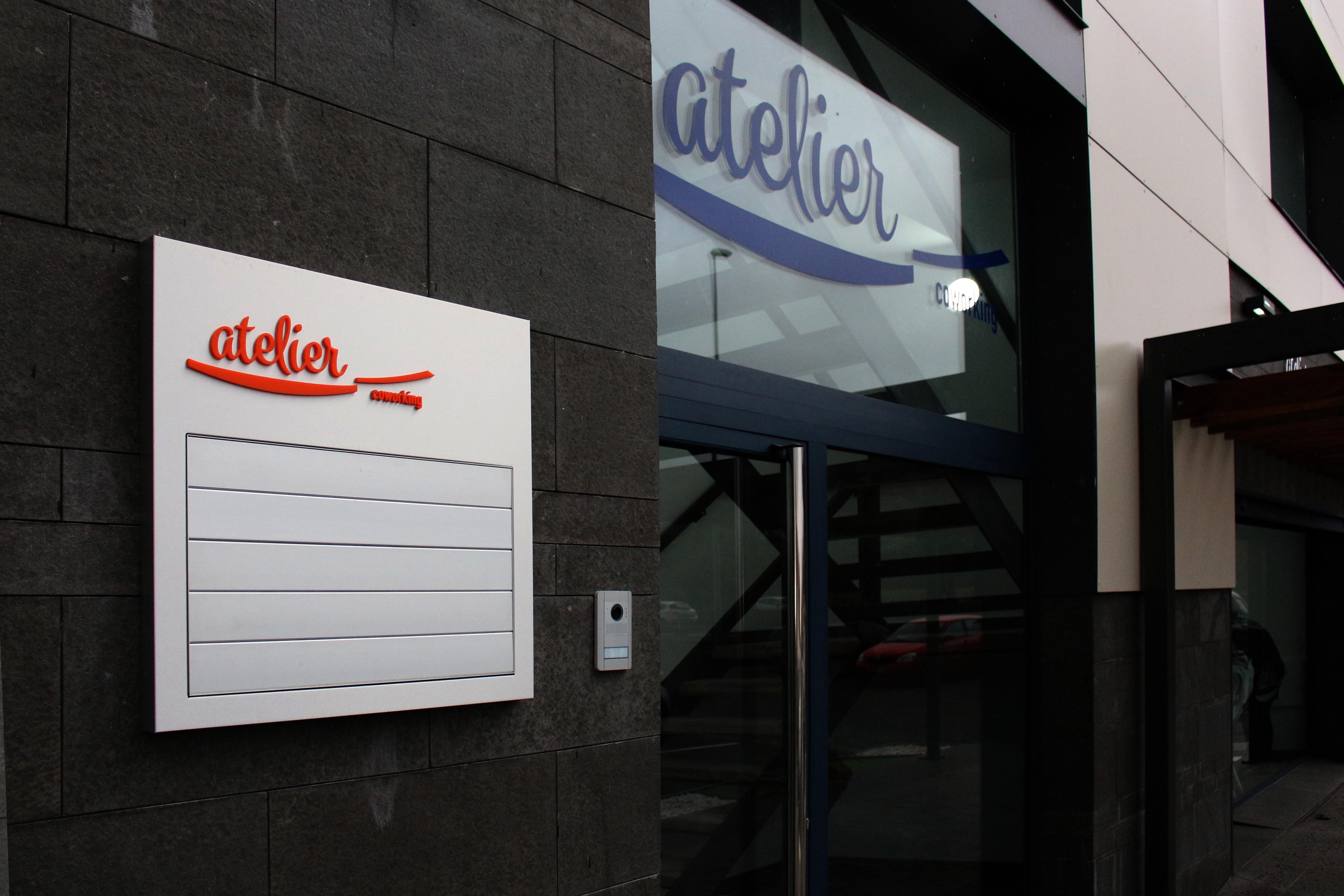 Rotulación en vinilo Mactac y directorio en lams de aluminio, atelier Coworking , Tenerife