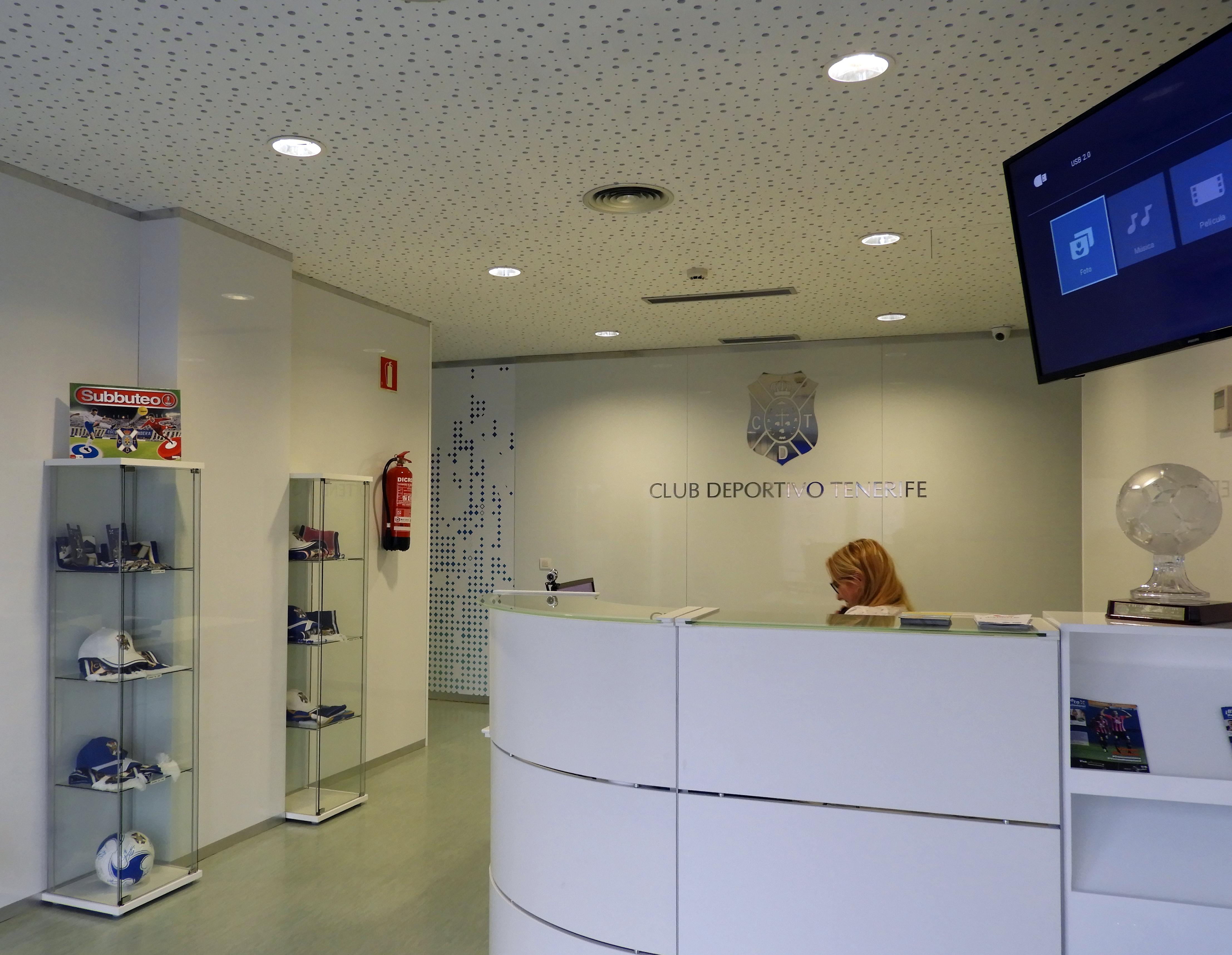 Decoración corporativa oficinas C.D. Tenerife. Corpóreos en acero pulido.